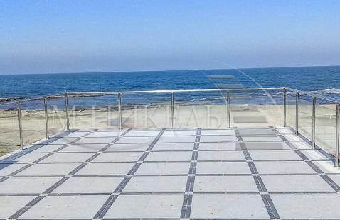 Сталь и стекло - ограждение на берегу моря