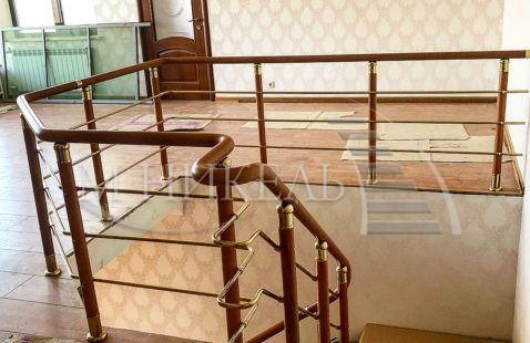 Модульная лестница, с комбинированными ограждениями , с фурнитурой под золото